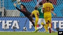 El portero de México Guillermo Ochoa evita un gol de Camerún.