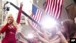Nicki Minaj es constantemente criticada por sus canciones, que dan indicios sobre su posible bisexualidad.
