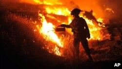 Un bombero enciende un contra-incendio en Clearlake, California.