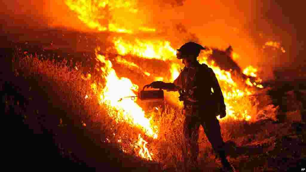 Bombeiro Bo Santiago na luta contra o incendio em Clearlake, California, 3 de agosto 2015.