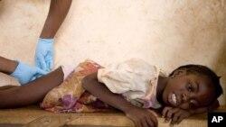 Une petite malade souffrant de la dracunculose au Ghana