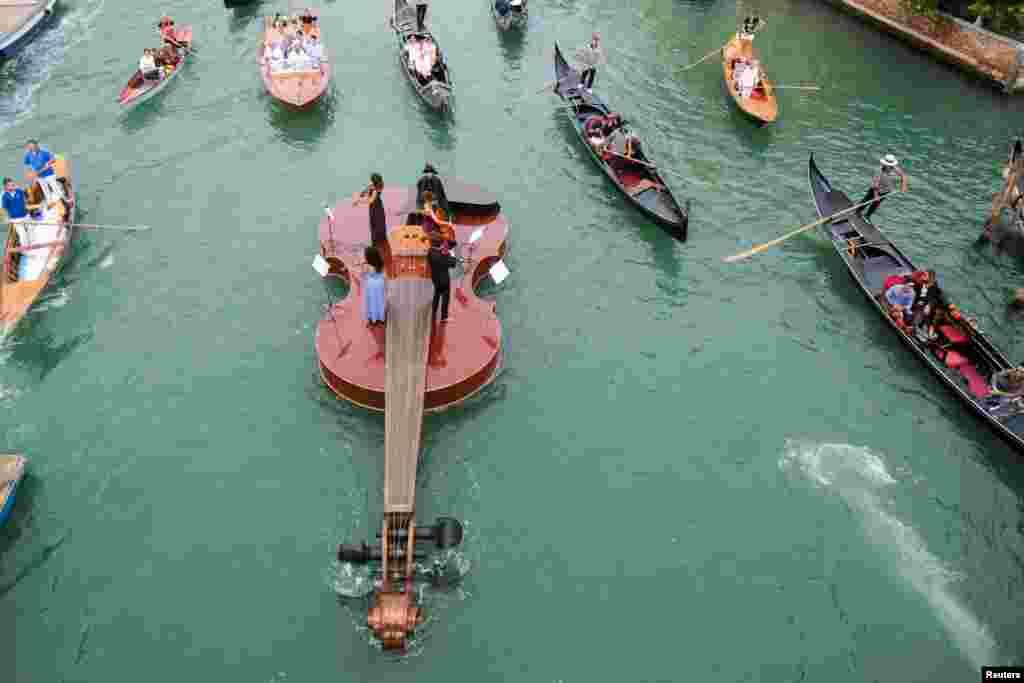 گروهی از نوازندگان در شهر ونیز ایتالیا، سوار بر قایقی شبیه ویلون، به یابود از قربانیان کووید۱۹ در کانالهای این شهر موسیقی نواختند.
