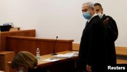 Le Premier ministre israélien Benjamin Netanyahu dans la salle d'audience lors de l'ouverture de son procès pour corruption au tribunal de district de Jérusalem, le 24 mai 2020.