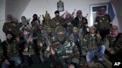敘利亞自由軍的戰士3月4日在他們位於伊德利卜的總部合影