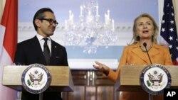 Menlu AS Hillary Rodham Clinton (kanan) dan Menlu Indonesia Marty Natalegawa dalam pertemuan Komisi Bersama Indonesia-AS di Departemen Luar Negeri Amerika (20/9).