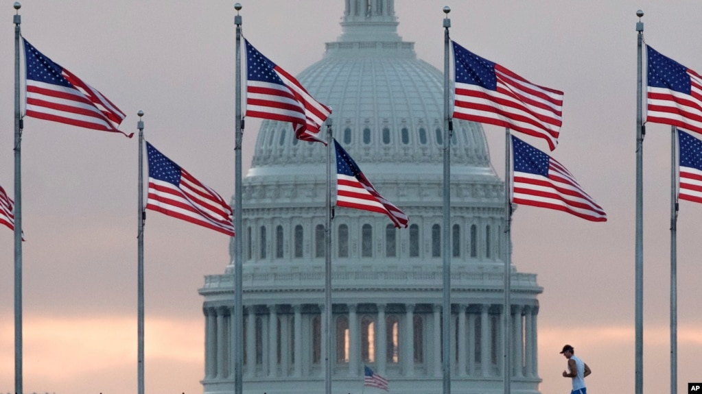晨曦中的美国国会大厦和国旗 (资料照片)
