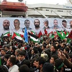 Warga Turki di Istanbul menyambut kembalinya kapal Mavi Marmara, di mana 9 warga Turki dalam perjalanan menuju Gaza dibunuh pasukan Israel (Mei 2010).