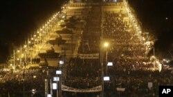12일 이집트 카이로의 대통령궁 앞에 모인 시위대와 그 주변으로 정렬한 군 탱크.