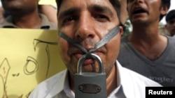 Un periodista protesta en contra de la censura de la prensa.
