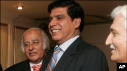 巴基斯坦總理阿什拉夫(中) (資料照片)