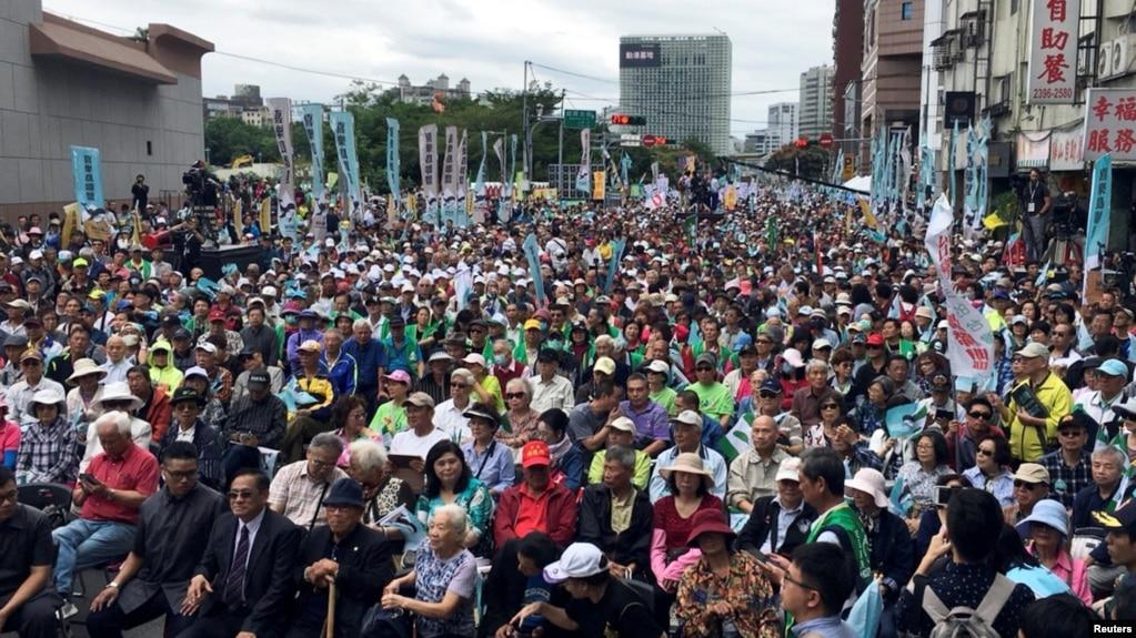 Những người ủng hộ Đài Loan độc lập tham gia một cuộc tập hợp phản đối điều mà họ nói là những nỗ lực thôn tính của Trung Quốc ở Đài Bắc, Đài Loan, ngày 20 tháng 10, 2018.