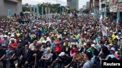 """台湾民众在台北参加""""全民公投反并吞""""大游行,抗议中国对台湾的打压。 (2018年10月20日)"""