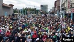 """台灣民眾在台北參加""""全民公投反併吞""""大遊行,抗議中國對台灣的打壓。 (2018年10月20日)"""