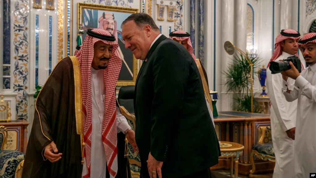 Ngoại trưởng Mỹ Mike Pompeo nghiêng mình chào Vua Ả rập Xê-Út Salman trong cuộc hội kiến tại Dinh Al-Salam ở Jeddah, ngày 24/6/2019.