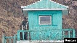 朝鲜士兵在与中国辽宁省丹东市交接的新义州巡视(2017年4月14日)