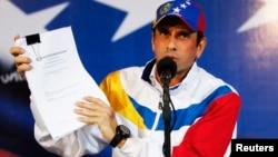 Henrique Capriles muestra los documentos de la impugnación de las elecciones.