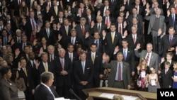 El nuevo presidente del Congreso, el representante, John Boehner, de Ohio toma juramento al 112º Congreso.