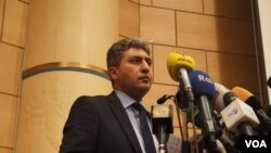 Menteri Penerbangan Sipil Sherif Fathy memberikan keterangan kepada pers terkait hilangnya pesawat EgyptAir, 19 Mei 2016 (Foto: VOA/Hamada Elrasam)