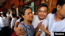 Seorang mahasiswa pemrotes (tengah) dan keluarganya menangis setelah memperoleh amnesty dan dibebaskan oleh pengadilan Tharrawaddy, Bago, Myanmar (8/4).