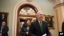 سینیٹ میں اکثریتی رہنما مچ مکونیل بجٹ معاہدے پر اتفاقِ رائے کے اعلان کے بعد خوش خوش ایوان سے باہر آرہے ہیں۔