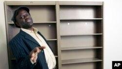 L'écrivain franco-congolais Alain Mabanckou sur le campus de UCLA où il enseigne, à Los Angeles, Californie, le 30 janvier 2007.