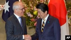 澳大利亚总理特恩布尔(左)在日本首相官邸与安倍首相握手