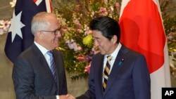 នាយករដ្ឋមន្ត្រីអូស្រ្តាលី Malcolm Turnbull ចាប់ដៃជាមួយដៃគូជប៉ុនរបស់ខ្លួនលោក Shinzo Abe មុននឹងកិច្ចប្រជុំនៅគេហដ្ឋានលោក Abe ក្នុងទីក្រុងតូក្យូកាលពីថ្ងៃទី១៨ មករា ២០១៨។