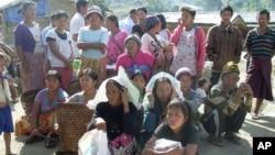 Người Kachin tị nạn chờ được phân phát khẩu phần tại một trại tị nạn ở đông bắc Miến Điện