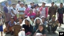 Pengungsi Kachin menunggu rangsum bantuan di kamp Je Yang IDP, dekat Laiza, Burma timur laut. Dengan 7.000 pengungsi, Je Yang adalah kamp terbesar dan terdekat ke kota Laiza, di mana terdapat markas besar KIA (foto, 1/4/2013).