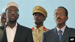 Rais wa Somalia Sheik Sheriff Sheik Ahmed akiongea na maafisa wa serikali baada ya kumwapisha waziri mkuu wake Mohamed Abdullahi Mohamed huko Mogadishu 2010.