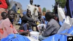 Para pengungsi di Sudan Selatan menerima bantuan dari Program Pangan Dunia/WFP (foto: dok).