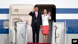 中國國家主席習近平和夫人彭麗媛抵達美國首都華盛頓附近的安德魯斯空軍基地。 (2015年9月24日)