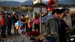 加州流血槍擊事件後,當地市民參加悼念儀式。