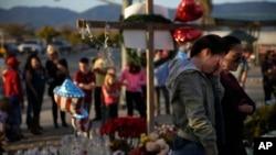 人们在对于加州枪击事件死难者的临时纪念场所哀悼(2015年12月5日)