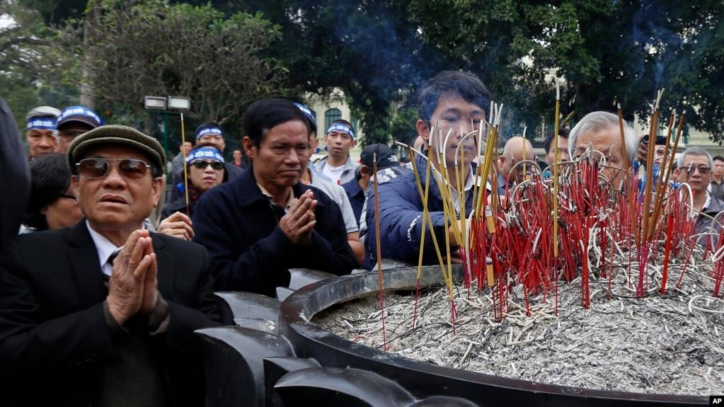 Người dân tụ tập trước tượng đài vua Lý Thái Tổ ở Hà Nội để tưởng niệm cuộc chiến tranh biên giới với Trung Quốc 38 năm trước, ngày 17/2/2017.