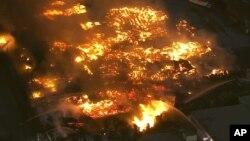Al lugar acudieron varios camiones de bomberos que combatieron el incendio. Foto: KCBS News vía AP.