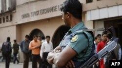 Một cảnh sát chống bạo động đứng gác trước thị trường chứng khoán Dhaka ở Bangladesh, 24/1/2012