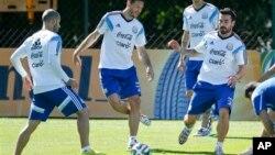 La selección albiceleste previa a su debut durante una sesión en entrenamiento en Brasil, cerca de Belo Horizonte.