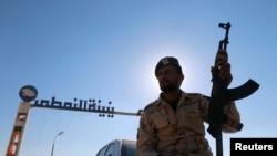 Un soldat des forces loyales au maréchal Khalifa Haftar à Zueitina, à l'ouest de Benghazi, Libye, 14 septembre 14, 2016.