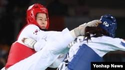 한국 여자 태권도의 오혜리가 19일 태권도 여자 67㎏급 결승전에서 하비 니아레(프랑스)를 상대로 발차기 공격을 하고 있다.