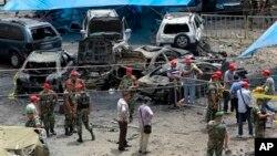 Para penjaga keamanan berdiri di lokasi ledakan sebuah bom di Beirut (9/7/2013). Warga AS diperingatkan untuk tidak melakukan perjalanan ke Lebanon dan Turki.