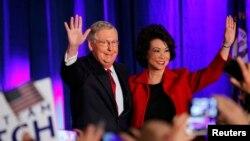 參議院共和黨頭號領袖米奇麥康奈爾將成為多數黨領袖。圖為麥康奈爾與趙小蘭夫婦11月4日勝選照。