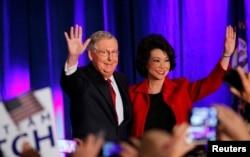Ông Mitch McConnell và phu nhân, cựu Bộ trưởng Bộ Lao động Elaine Chao, vẫy tay chào các ủng hộ viên trong đêm diễn ra cuộc bầu cử giữa kỳ ở Louisville, Kentucky, 4/11/2014.