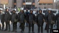 Polisi Mesir mengamankan gedung pengadilan (foto: ilustrasi).