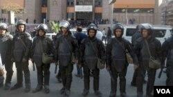 Des policiers assurent la sécurité devant un tribunal à Giza, Egypte, 16 janvier 2017. (VOA/ Hamada Elrasam).