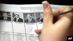 یک زن در حال رای دادن به مارکو ربیو