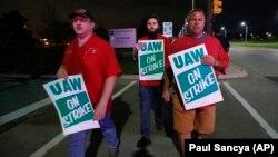 Punonjësit e fabrikës së General Motors në Hamtramck, Miçigan, gjatë orëve të para të ditës së sotme (16 shtator 2019)