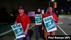 """Члени профспілки """"Союз робітників автогалузі"""" проводять пікет під заводом General Motors в Детройті, США, 16 вересня 2019 року"""