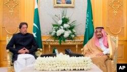 پاکستان کے وزیر اعظم عمران خان دورہ سعودی عرب کے دوران سعودی فرمانروا شاہ سلمان کے ساتھ۔ فائل فوٹو