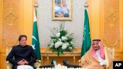 지난달 19일 사우디아라비아를 방문한 임란 칸 파키스탄 총리가 살만 빈 압둘아지즈 사우디 국왕과 회담했다.